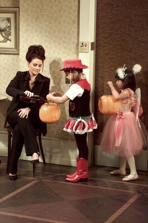 """Karen (Megan Mullally, l.) gibt den Kindern, die traditionsgemäß an Halloween von Tür zu Tür gehen und """"Süßes oder Saures"""" sagen, um Süßigke... - Bildquelle: NBC Productions"""