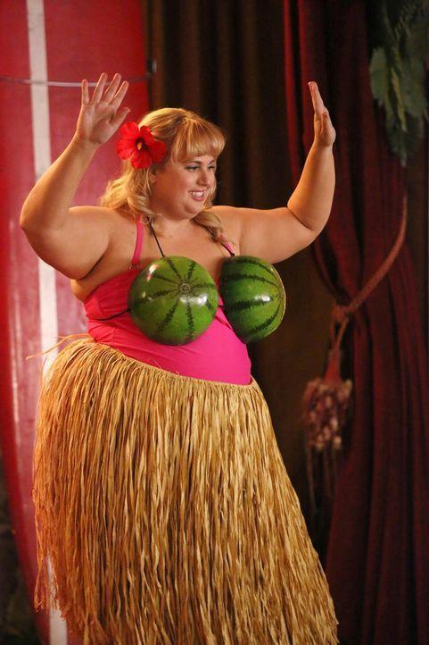 """Kimmies (Rebel Wilson) Albtraum wird wahr, als ihre Mutter die Planung für Jazmines Verlobungsparty übernimmt und das Motto plötzlich """"Aloha"""" ist. Z... - Bildquelle: Warner Brothers"""