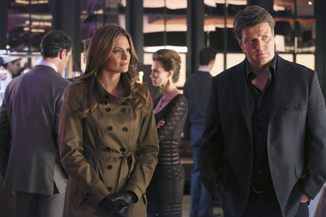 Castle (Nathan Fillion, r.) ist nicht sonderlich begeistert, dass Beckett (Stana Katic, l.) den Milliardär beschützen soll ... - Bildquelle: ABC Studios