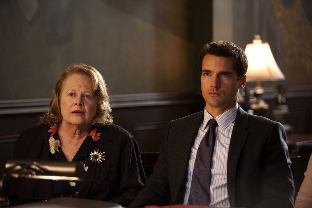 Grayson (Jackson Hurst, r.) vertritt Millie (Shirley Knight, l.), die sich standhaft weigert, ihr Haus an eine Immobiliengesellschaft zu verkaufen,... - Bildquelle: 2009 Sony Pictures Television Inc. All Rights Reserved.