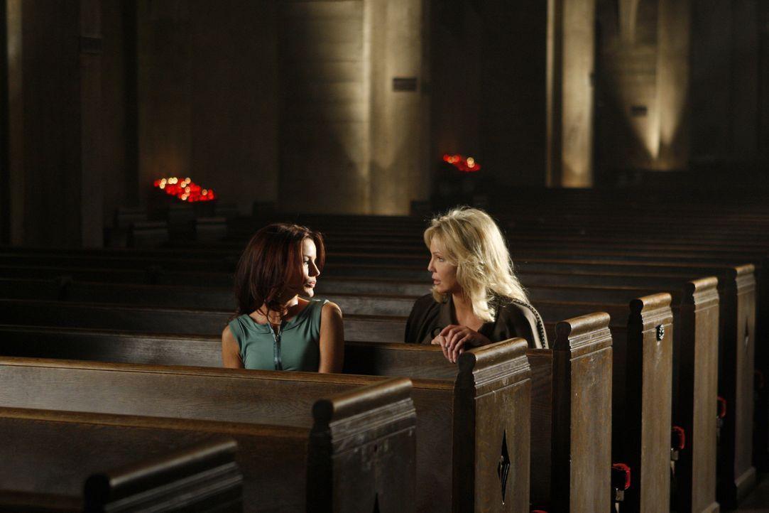 Sydney (Laura Leighton, l.) hätte sich Amanda (Heather Locklear, r.) lieber nicht zur Feindin gemacht... - Bildquelle: 2009 The CW Network, LLC. All rights reserved.