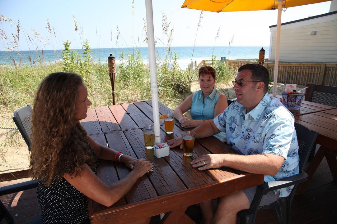 Auf der Suche nach einem perfekten Strandhaus reisen Tammy (M.) und John (r.) seit Jahren auf die Outer Banks in North Carolina, doch bisher haben s... - Bildquelle: 2013,HGTV/Scripps Networks, LLC. All Rights Reserved