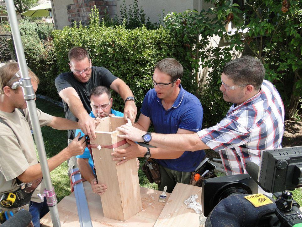 Sehr zu Joshs (2.v.r.) Freude packt beim Umbau des Hauses jeder mit an, sogar die Freunde von Bryan und Kelli, denn auch sie können es kaum erwarten... - Bildquelle: 2013,DIY Network/Scripps Networks, LLC. All Rights Reserved.