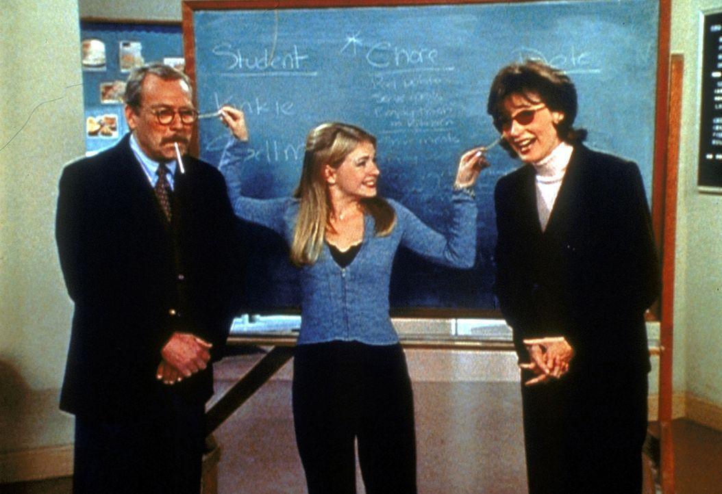 Mrs. Quick (Mary Gross, r.) und Mr. Kraft (Martin Mull, l.) haben durch Sabrinas (Melissa Joan Hart, M.) Zauberei zu viel Selbstbewusstsein entwicke... - Bildquelle: Paramount Pictures