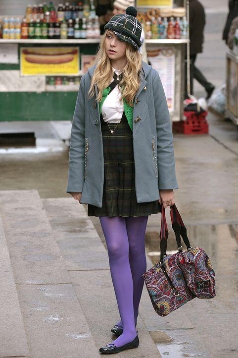 Jenny (Taylor Momsen) entdeckt die Mädchen-Clique vor der Schule und bekommt Zweifel, ob sie überhaupt dazu gehören will ... - Bildquelle: Warner Brothers