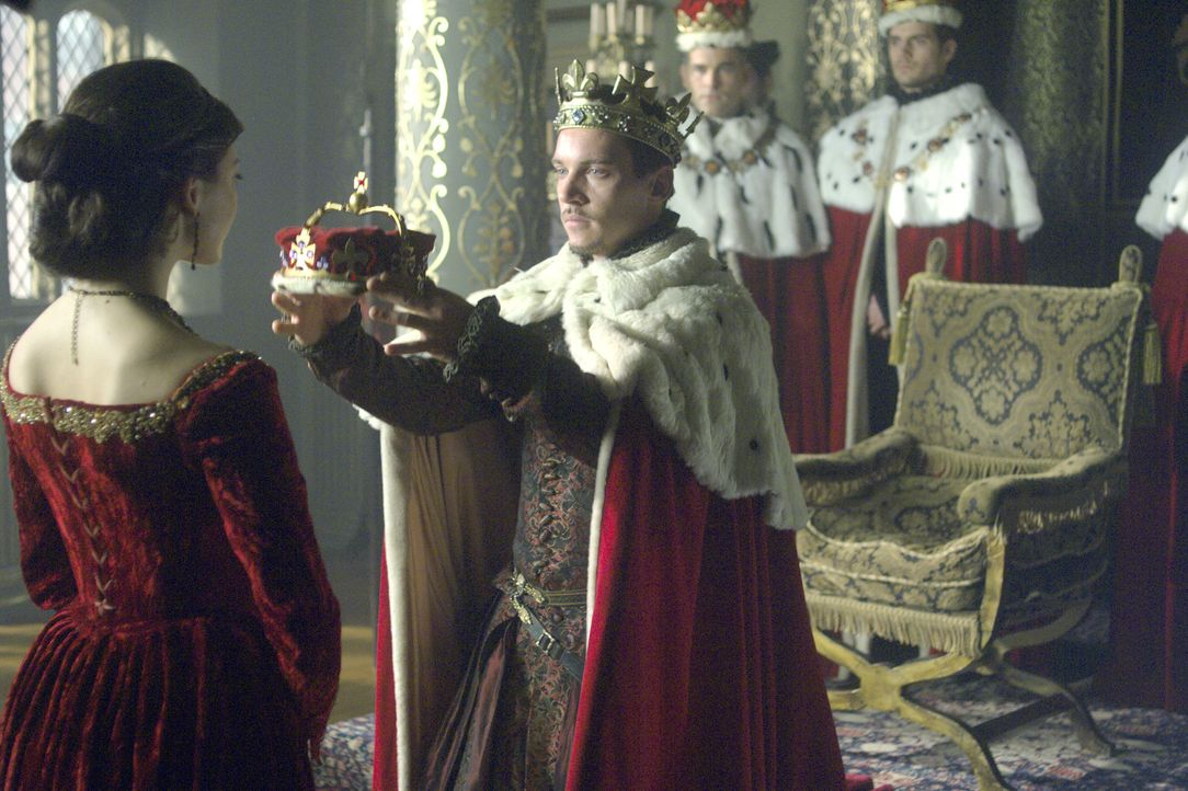 Um seinem Ziel einen Schritt näher zu kommen, ernennt König Henry VIII. (Jonathan Rhys Meyers, vorne r.) Anne Boleyn (Natalie Dormer, vorne l.) zur... - Bildquelle: 2008 TM Productions Limited and PA Tudors II Inc. All Rights Reserved.