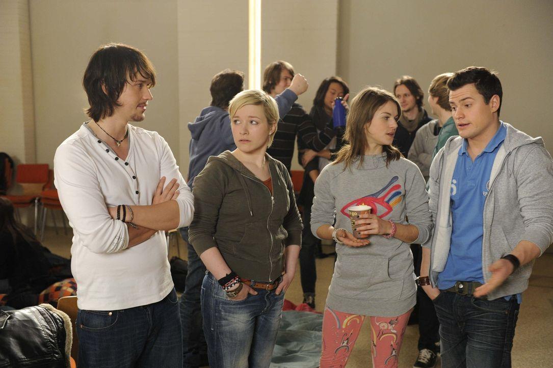 Der Streik ist noch lange nicht beendet: (v.l.n.r.) Ben (Christopher Kohn), Emma (Kasia Borek), Jenny (Lucy Scherer) und Timo (Rocco Stark) ... - Bildquelle: SAT.1