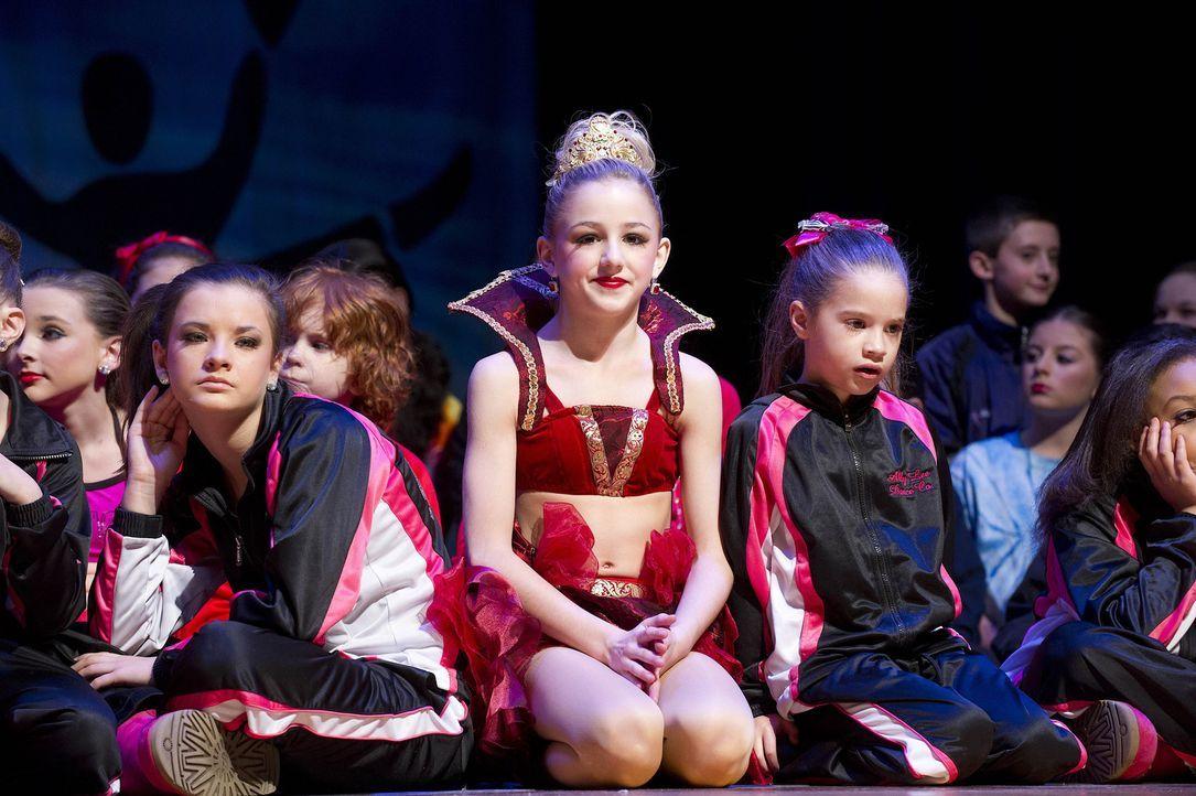 Gespannt warten die Mädchen auf die Ergebnisse des Tanzwettbewerbes ... - Bildquelle: 2012 A+E Networks
