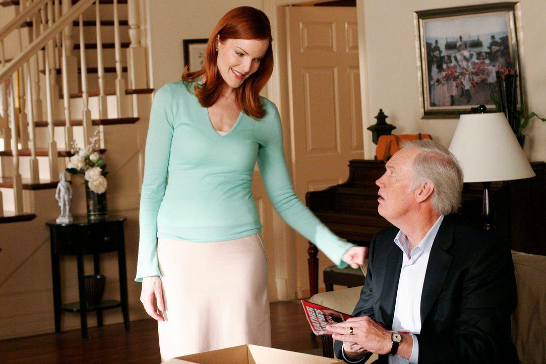 Da sich Andrew entschlossen hat, mit seinen Großeltern mitzufahren, hilft Bree (Marcia Cross, l.) seine Sachen zu packen. Dabei lässt sie ihren Vate... - Bildquelle: 2005 Touchstone Television  All Rights Reserved