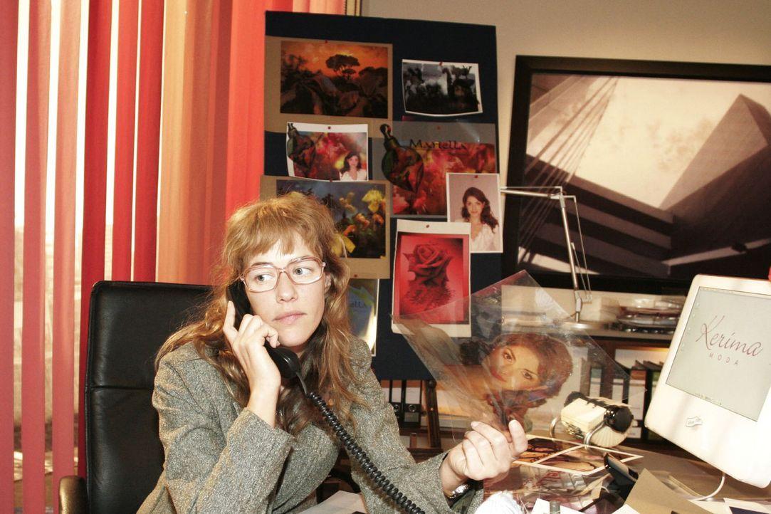 """Lisa (Alexandra Neldel) überarbeitet die Kampagne zum Verkauf des Parfüms """"Mariella"""". Aus Rücksicht auf David hält sie es für eine gute Idee, d... - Bildquelle: Noreen Flynn Sat.1"""