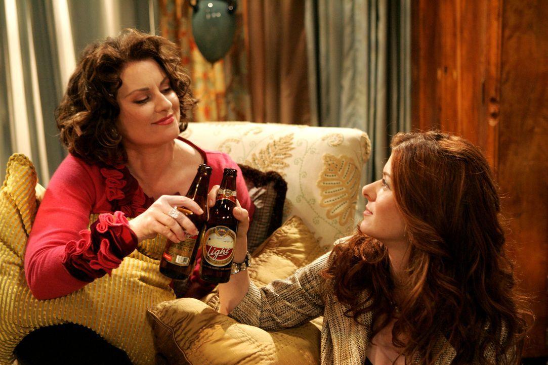 Zum Glück gelingt es Karen (Megan Mullally, l.), Grace (Debra Messing, r.) als Saufkumpan zurück zu gewinnen ... - Bildquelle: Chris Haston 2003 NBC, Inc. All rights reserved.