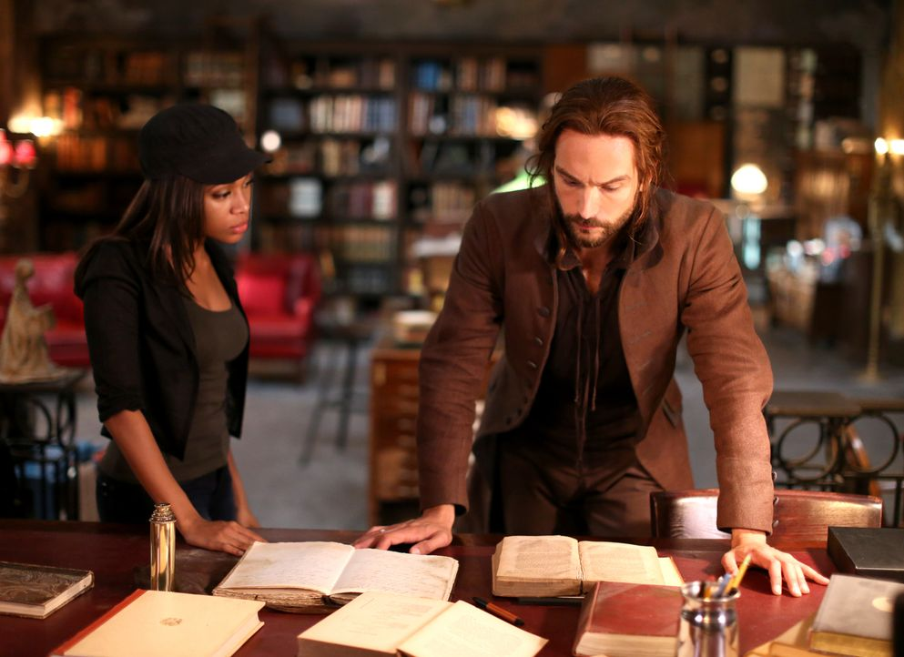 Während Abbie (Nicole Beharie, l.) und Ichabod (Tom Mison, r.) versuchen, an das Schwert von Methusalem zu kommen, muss Katrina der wahren Gefahr in... - Bildquelle: 2014 Fox and its related entities. All rights reserved
