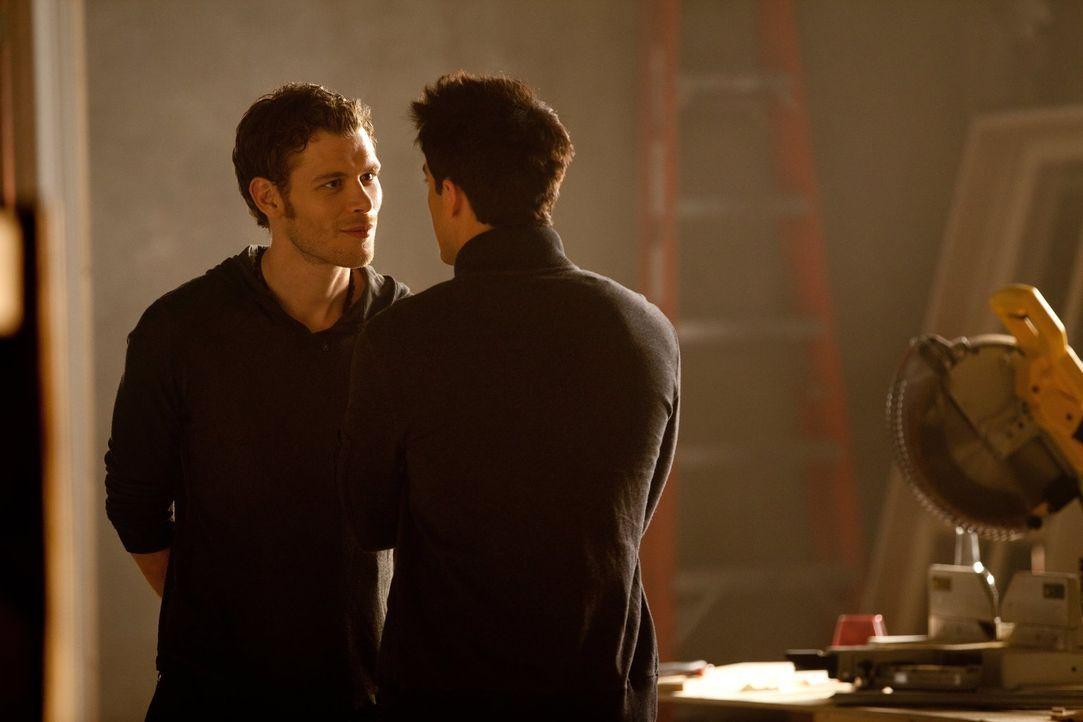Tyler (Michael Trevino, r.) erhält von Klaus (Joseph Morgan, l.) den Befehl, Caroline zu beißen und glaubt, in dem Fall einen eigenen Willen zu habe... - Bildquelle: Warner Brothers