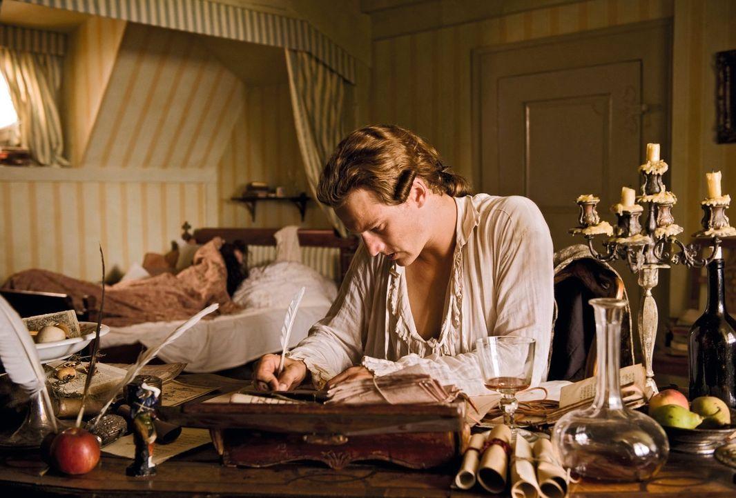 """Schreibt verzweifelt seine und Lottes Geschichte für sie auf: Dieser längste Liebesbrief der Welt wird seine Novelle """"Die Leiden des jungen Werther""""... - Bildquelle: Warner Brothers"""