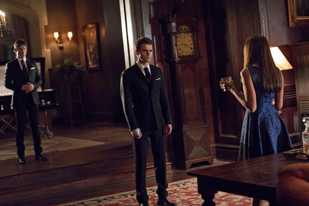 Damon (Ian Somerhalder, l.) und Stefan (Paul Wesley, M.) müssen sich ihrer größten Feindin Katherine (Nina Dobrev, r.) entgegenstellen und verhinder... - Bildquelle: 2016 Warner Brothers