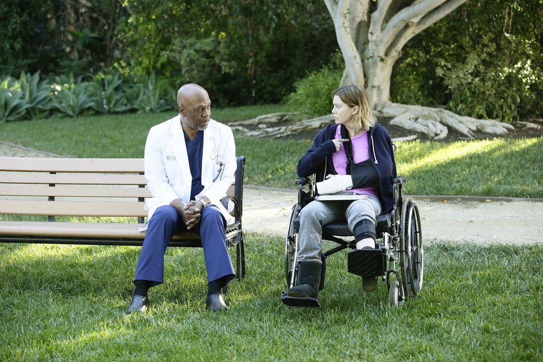 Ihr Leben verändert sich, als sie plötzlich brutal von einem Patienten angegriffen. Webber (James Pickens Jr., l.) und ihre anderen Kollegen, kümmer... - Bildquelle: Nicole Wilder ABC Studios
