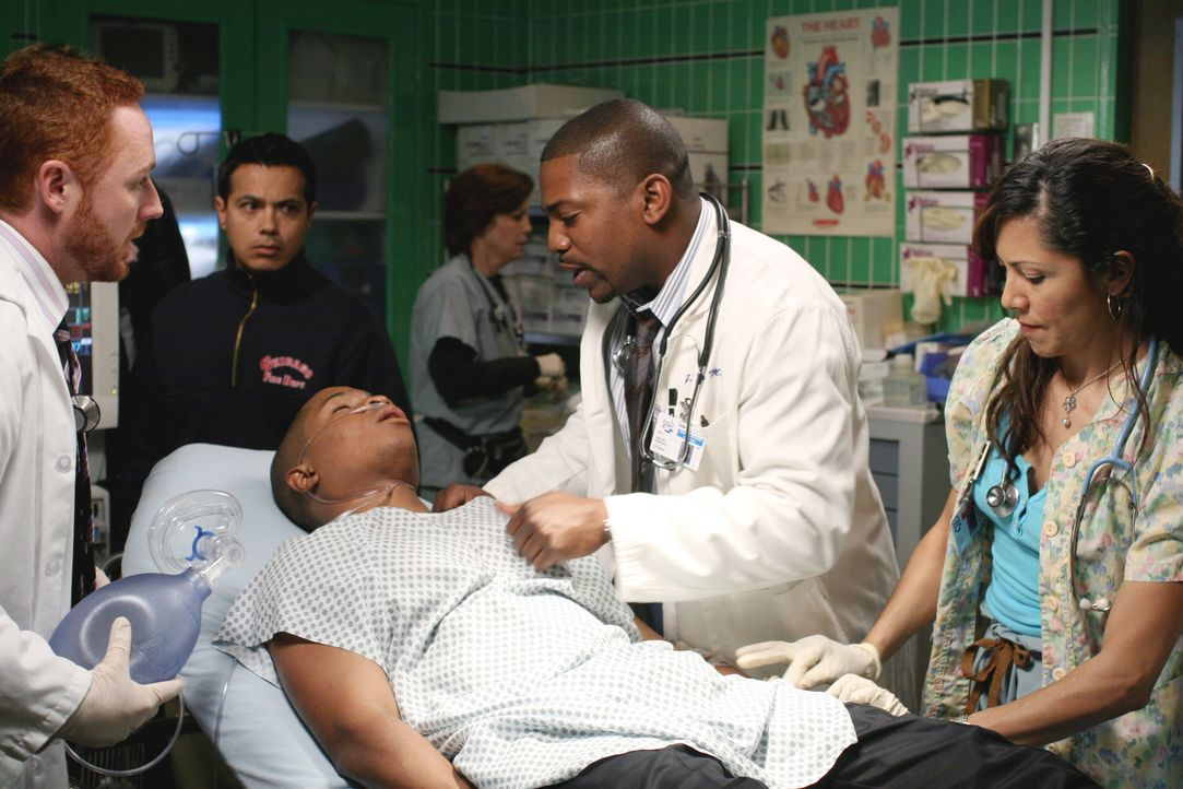 Morris (Scott Grimes, l.), Pratt (Mekhi Phifer, 2.v.r.) und Chuny (Laura Ceron, r.) kümmern sich um Chaz (Sam Jones III, liegend), der mit einer Al... - Bildquelle: Warner Bros. Television