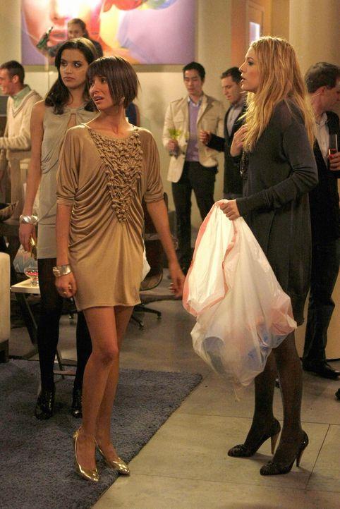 Serena (Blake Lively, r.) hat ihre alte Freundin Poppy (Tamara Feldman, l.) wieder getroffen und gemerkt, dass ihr Leben sehr langweilig geworden is... - Bildquelle: Warner Brothers