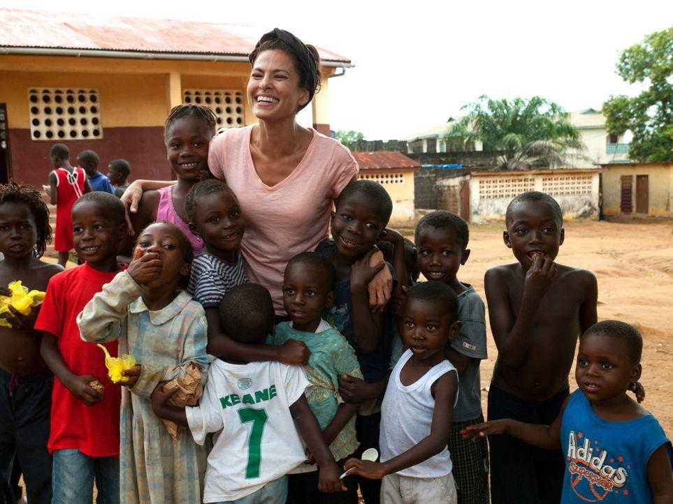 Schauspielerin Eva Mendes (hinten M.) in Sierra Leone. - Bildquelle: Fremantle
