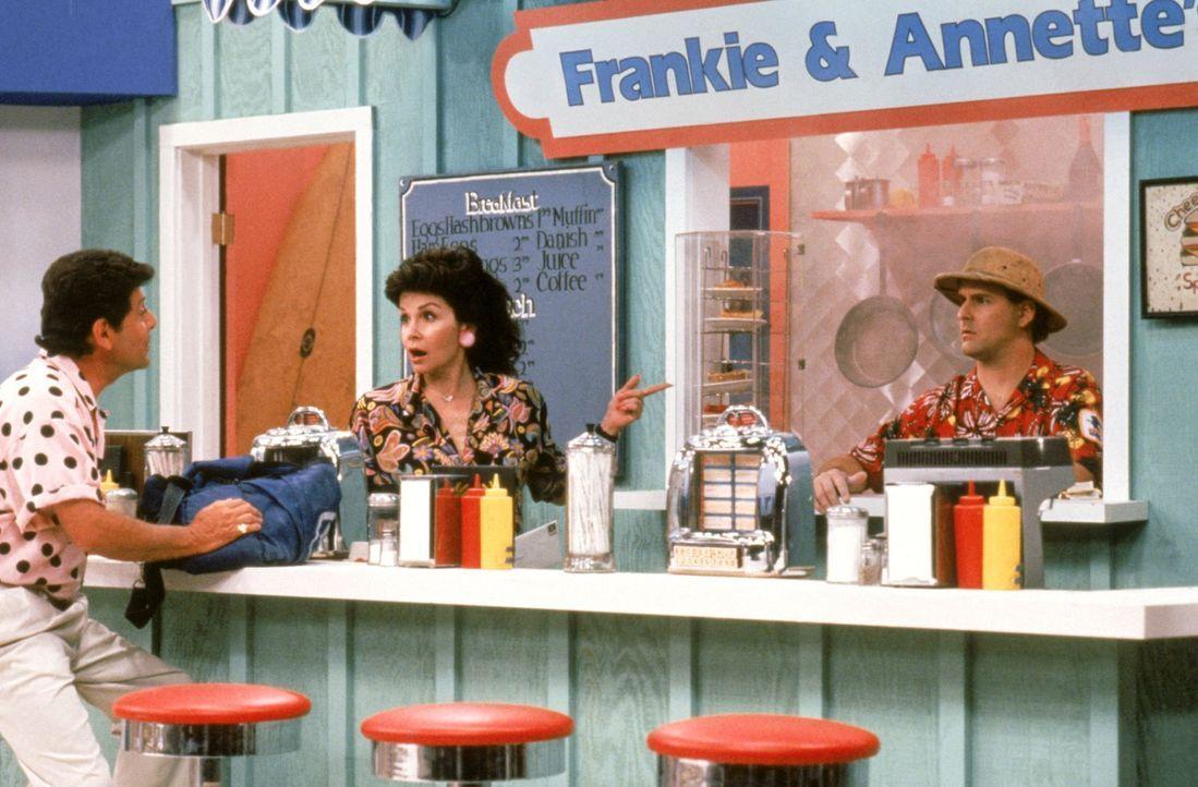 Wie wird sich Joey (Dave Coulier, r.) beim Dreh mit den berühmten Schauspielern Annette Funicello (Anette Funicello, M.) und Frankie Avalon (Frankie... - Bildquelle: Warner Brothers Inc.
