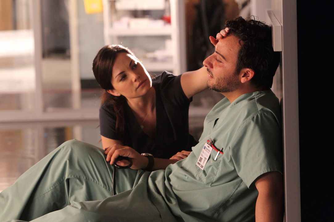 Noch ahnt Dr. Alex Reid (Erica Durance, l.) nicht, was die Ursache für Victors (Salvatore Antonio, r.) plötzlichen Fieberausbruch und Schwächeanfall... - Bildquelle: 2012  Hope Zee One Inc.