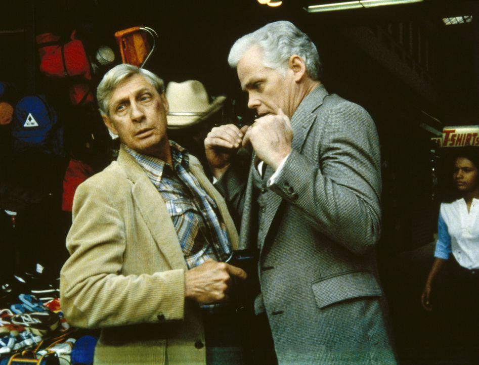Ed Waits (Harvey Vernon, l.) bedroht seinen Nebenbuhler (Peter MacLean, r.) mit einer Waffe. - Bildquelle: ORION PICTURES CORPORATION. ALL RIGHTS RESERVED.