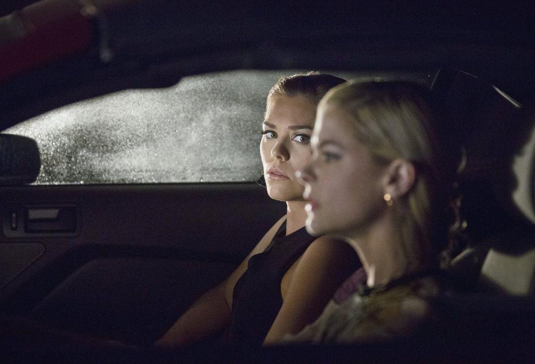 AnnaBeth' (Kaitlyn Black, l.) Traum über das Ende von BlueBell sorgt für einigen Trubel, während Lemon (Jaime King, r.) eine unerwartete Frage beant... - Bildquelle: 2014 Warner Brothers
