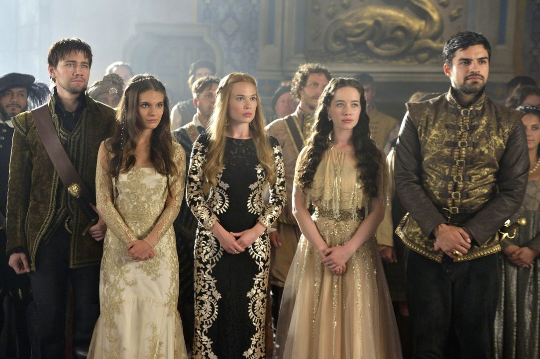 Wohnen der aufwändigen Krönung von Mary und Francis bei: (v.l.n.r.) Bash, Kenna, Greer, Lola und Condé (v.ln.r. Torrance Coombs, Caitlin Stasey, Cel... - Bildquelle: Ben Mark Holzberg 2014 The CW Network, LLC. All rights reserved.