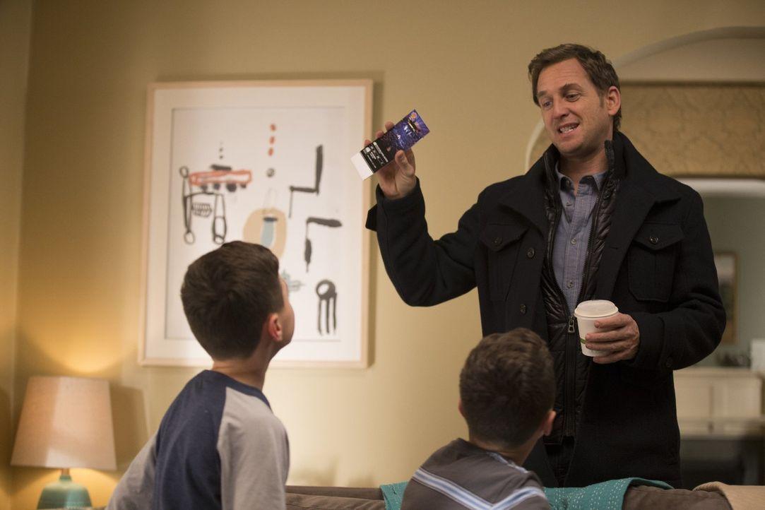 Während er und Laura mit einer Männerrechtsgruppe konfrontiert werden, versucht Jake (Josh Lucas), auch seinen Pflichten als Vater gewissenhaft nach... - Bildquelle: 2015 Warner Bros. Entertainment, Inc.