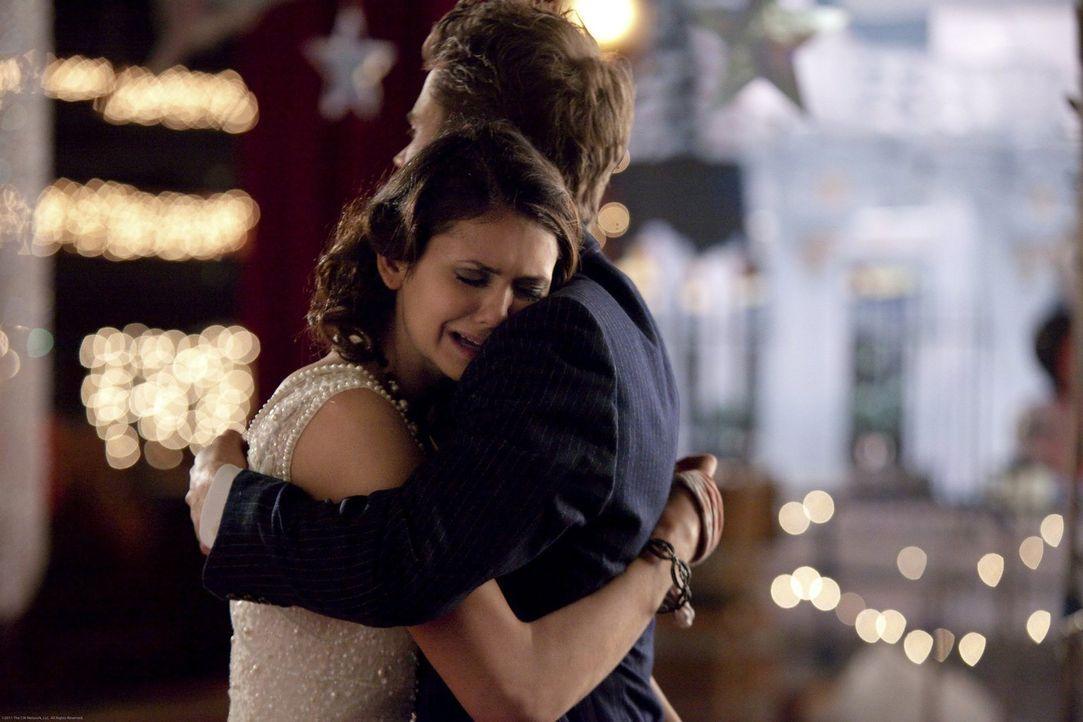 Stefan (Paul Wesley, r.) macht Elena (Nina Dobrev, l.) klar, dass es in Ordnung ist, Gefühle zu haben. - Bildquelle: Warner Brothers