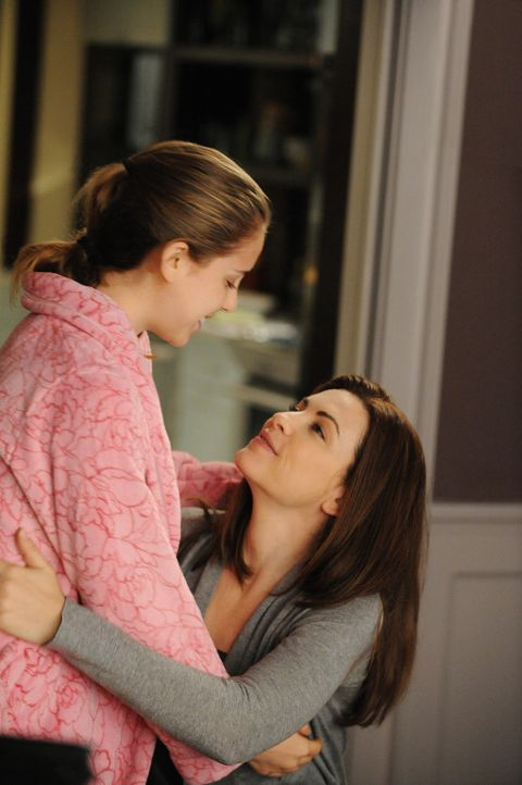 Alicia (Julianna Margulies, r.) und ihre Tochter Grace (Mackenzie Vega, l.) freuen sich über etwas gemeinsam Zeit ... - Bildquelle: CBS Studios Inc. All Rights Reserved.