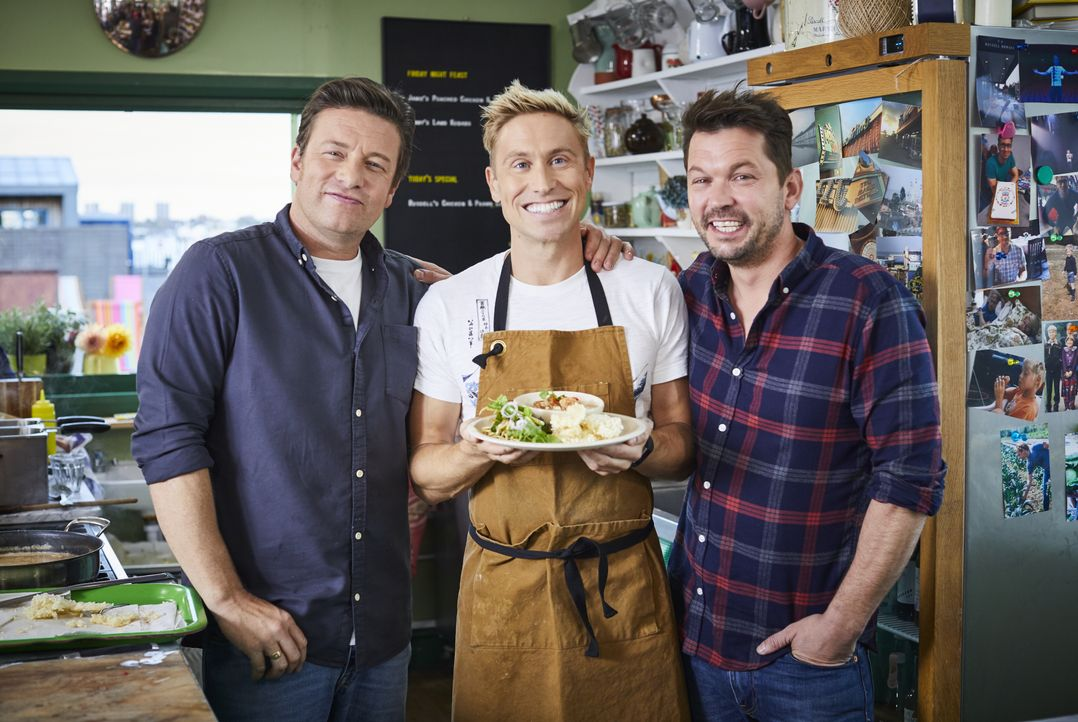 (v.l.n.r.) Jamie Oliver; Russell Howard; Jimmy Doherty - Bildquelle: Steve Ryan Jamie Oliver Productions, 2018 / Steve Ryan