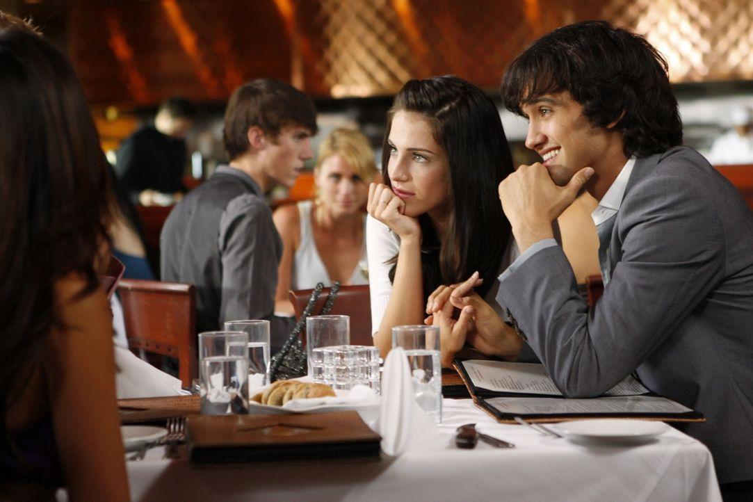 Ist Adrianna (Jessica Lowndes, l.) mit Navid (Michael Steger, r.) glücklich oder tut sie nur so? - Bildquelle: TM &   CBS Studios Inc. All Rights Reserved