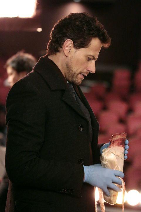 Muss sich schon auch mal mit abgetrennten Füßen beschäftigen: Henry (Ioan Gruffudd) ... - Bildquelle: Warner Bros. Television