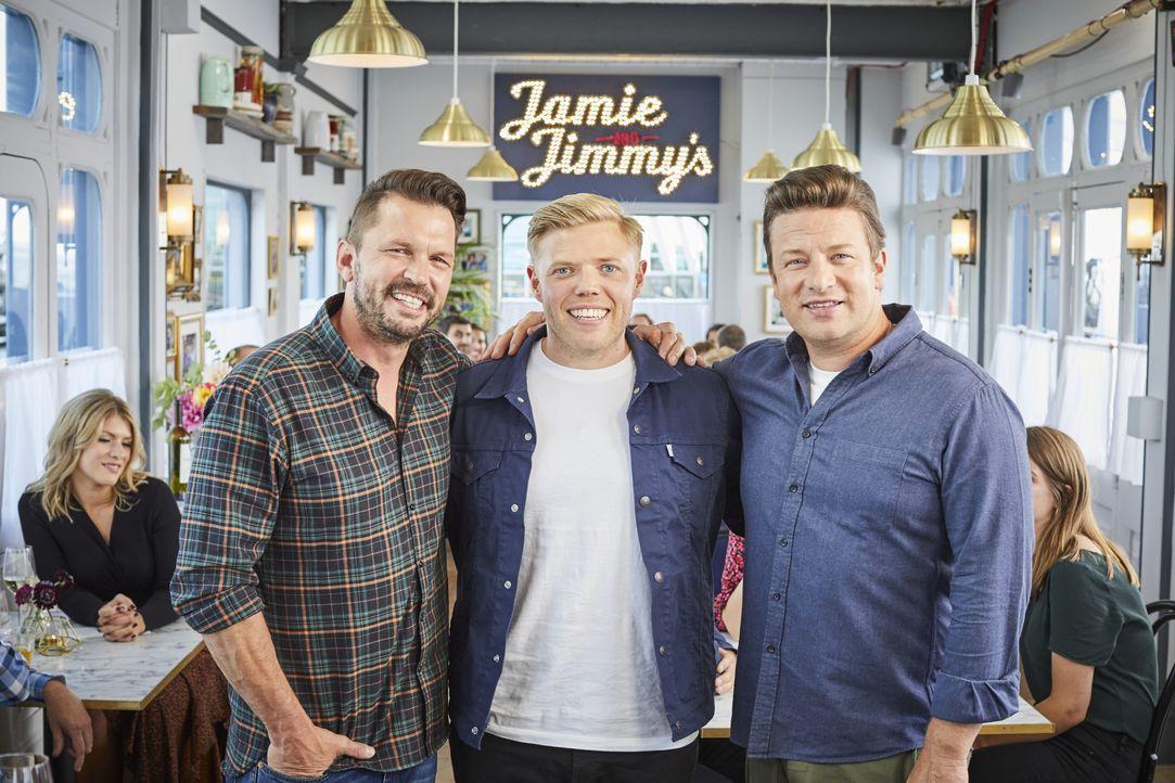 (v.l.n.r.) Jimmy Doherty; Rob Beckett; Jamie Oliver - Bildquelle: Steve Ryan 2019 Jamie Oliver Enterprises Ltd. / Steve Ryan