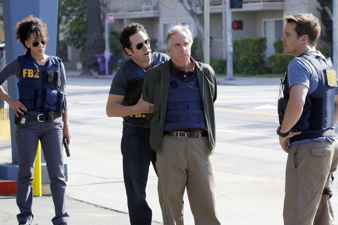 Liz (Aya Sumika, l.), Don (Rob Morrow, 2.v.l.) und Colby (Dylan Bruno, r.) arbeiten an einer Reihe von Banküberfällen, für die der ehemalige FBI-Erm... - Bildquelle: Paramount Network Television