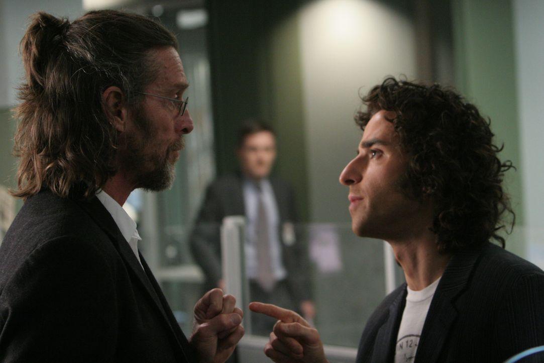 Charlie (David Krumholtz, r.) glaubt, dass Samuel Kraft (John Glover, l.) ein Scharlatan ist und will deshalb Don bei der Aufklärung seines Falles n... - Bildquelle: Paramount Network Television