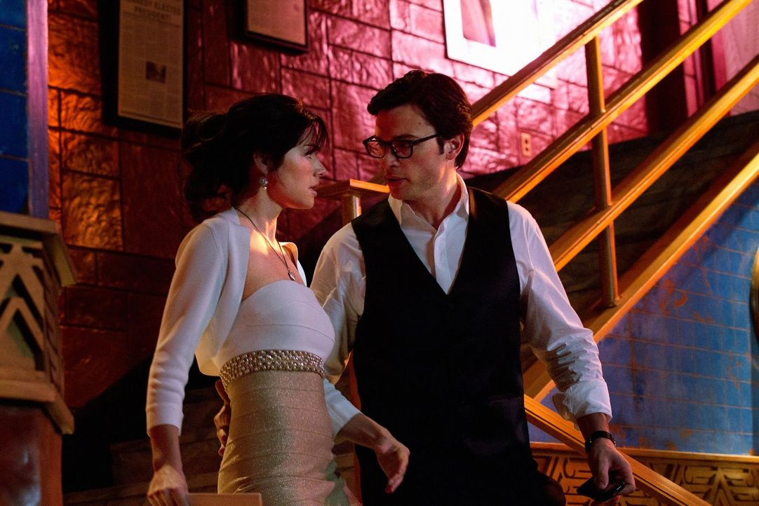 Heiraten oder die Welt vor einer Planetenkollision bewahren? Clark (Tom Welling, r.) und Lois (Erica Durance, l.) einigen sich schnell ... - Bildquelle: Warner Bros.