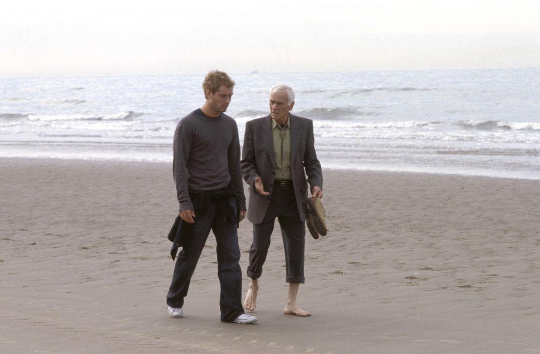 Durch die Begegnung mit Joe (Dick Latessa, r.) wurden Alfie (Jude Law, l.) die Augen etwas geöffnet ... - Bildquelle: Paramount Pictures