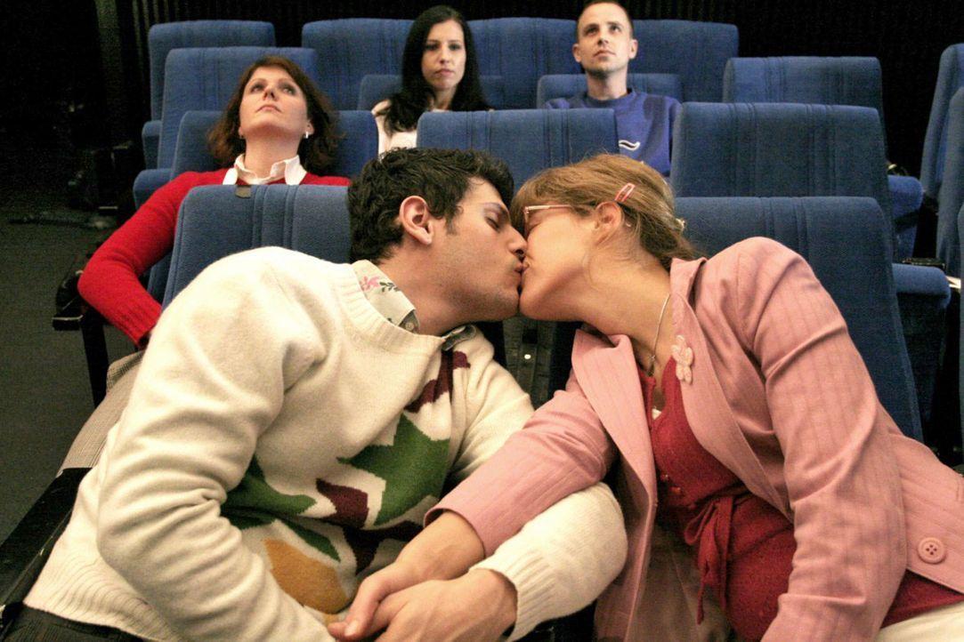 Unter dem Sternenhimmel im Planetarium besiegelt Lisa (Alexandra Neldel, r.) ihren Bruch mit David und küsst Rokko (Manuel Cortez, l.). (Dieses Fot... - Bildquelle: Noreen Flynn Sat.1