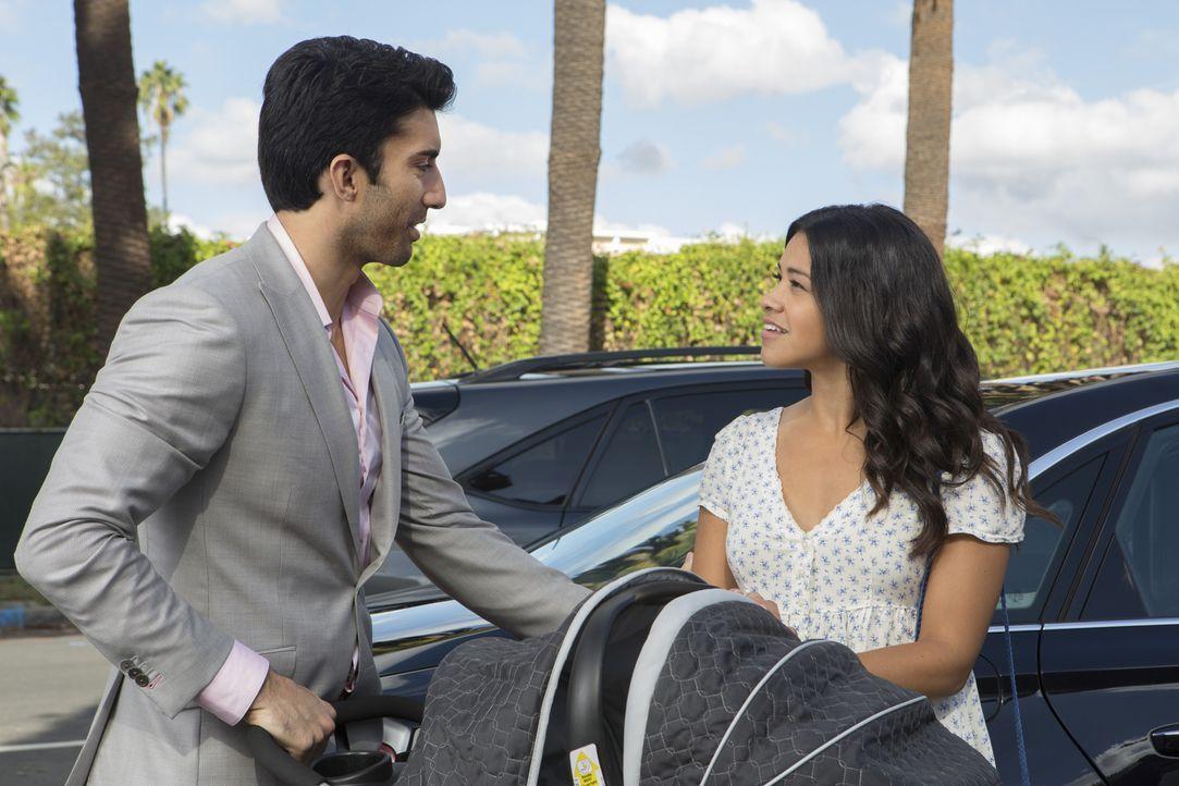 Während Jane (Gina Rodriguez, r.) eine Zusage für ein Absolventenprogramm bekommen hat, muss sich Rafael (Justin Baldoni, l.) mit der Neuigkeit über... - Bildquelle: Scott Everett White 2015 The CW Network, LLC. All rights reserved.