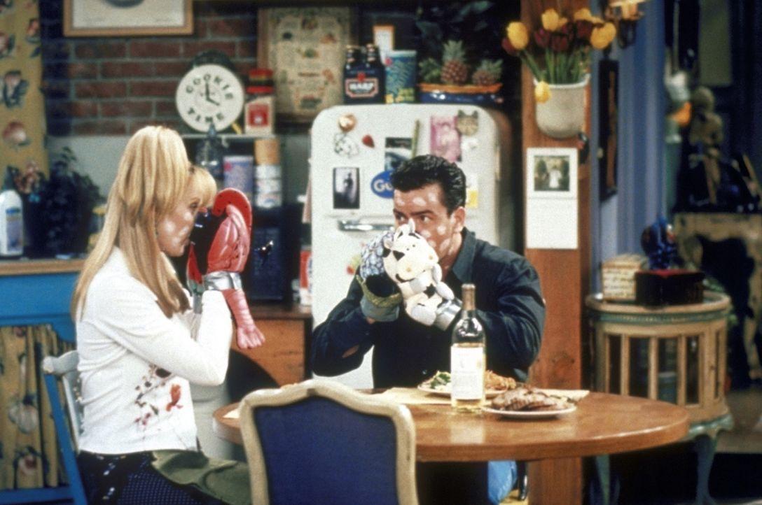 Phoebe (Lisa Kudrow, l.) bekommt nach zwei Jahren Besuch von Ryan (Charlie Sheen, r.). Sie plant eine romantische Zeit, doch die Windpocken durchkre... - Bildquelle: TM+  2000 WARNER BROS.