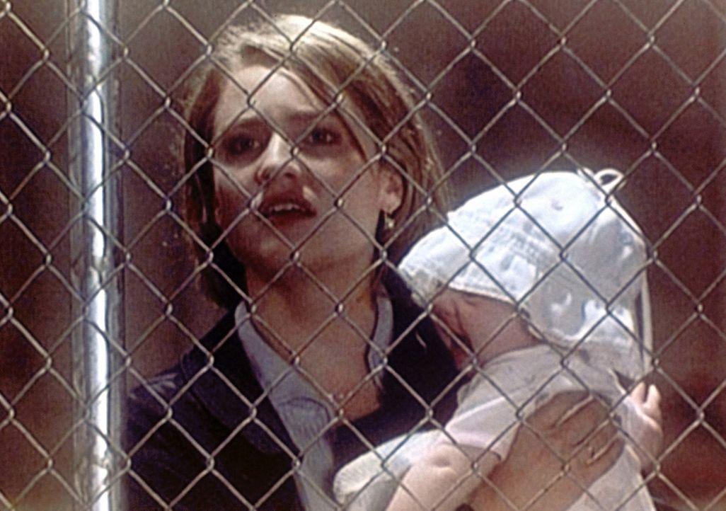 Susan Lewis (Sherry Stringfield, l.) bekommt große Probleme: Ihre Schwester Chloe überlässt ihr kurzerhand das Baby und verschwindet spurlos. - Bildquelle: TM+  WARNER BROS.