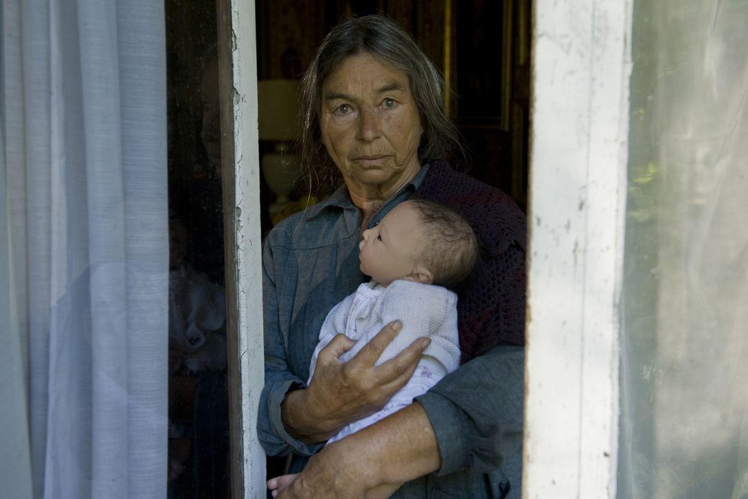 Hat die mysteriöse Puppenfrau Adrienne Chamard (Evelyn Istria) etwas mit dem Mord an einem jungen Kindermädchen zu tun? - Bildquelle: 2015 BEAUBOURG AUDIOVISUEL