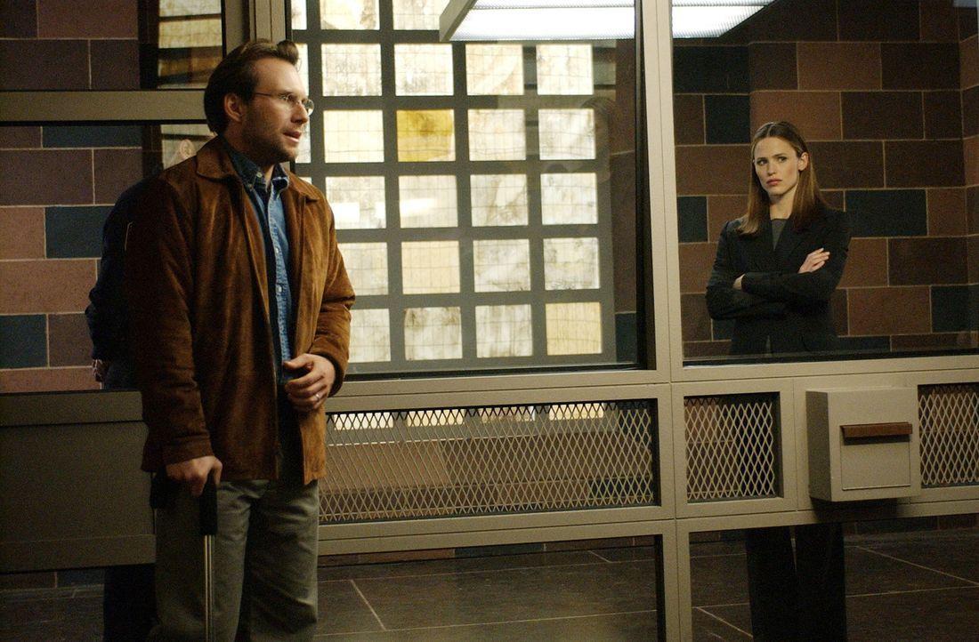 Mit einem Ortungsgerät kann Sydney (Jennifer Garner, r.) Neil Caplan (Christian Slater, l.) in Spanien orten und ihm das Leben retten … - Bildquelle: Touchstone Television
