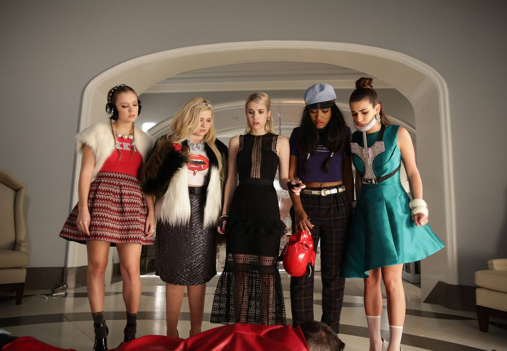 Eine schockierende Überraschung wartet auf (v.l.n.r.) Chanel #3 (Billie Lourd), Chanel #5 (Abigail Breslin), Chanel (Emma Roberts), Zayday (Keke Pal... - Bildquelle: 2015 Fox and its related entities.  All rights reserved.