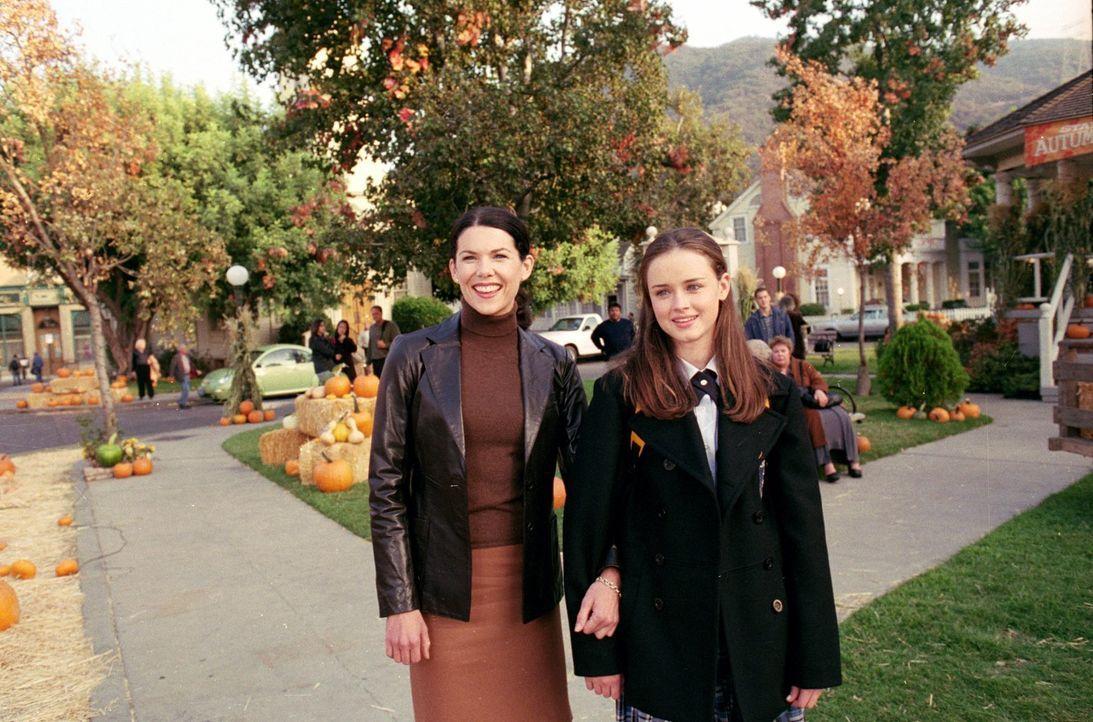 Nachdem sich Rory (Alexis Bledel, r.) und Dean nähergekommen sind, setzt Lorelai (Lauren Graham, l.) alles daran, mehr über den Jungen zu erfahren u... - Bildquelle: 2000 Warner Bros.