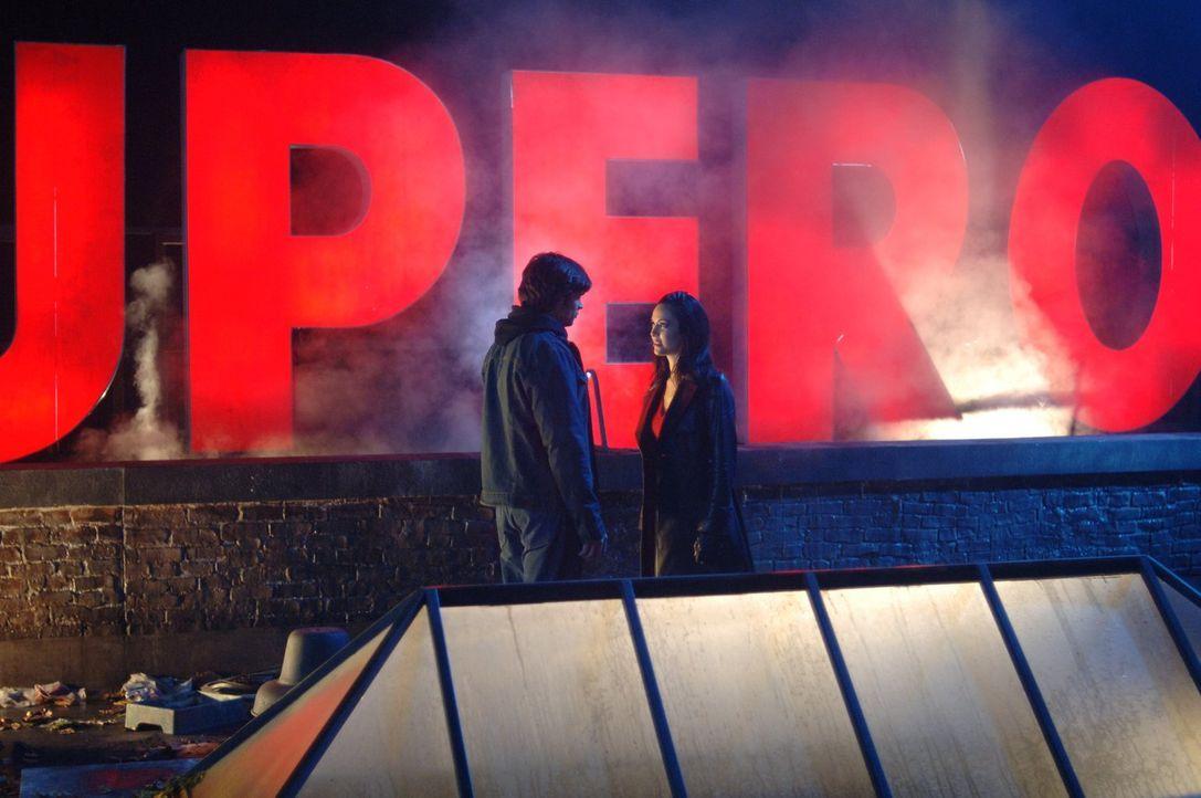 Die Daily-Planet-Reporterin Andrea (Denise Quiñones, r.) verbirgt wie Clark (Tom Welling, l.) ein Geheimnis ... - Bildquelle: Warner Bros.