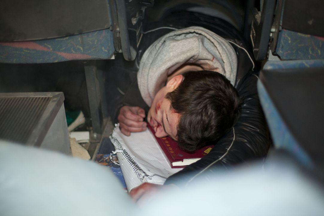 Ein schrecklicher Unfall ist geschehen und es gibt einige Verletzt. Doch wie steht es um Timo (Rocco Stark)? - Bildquelle: SAT.1