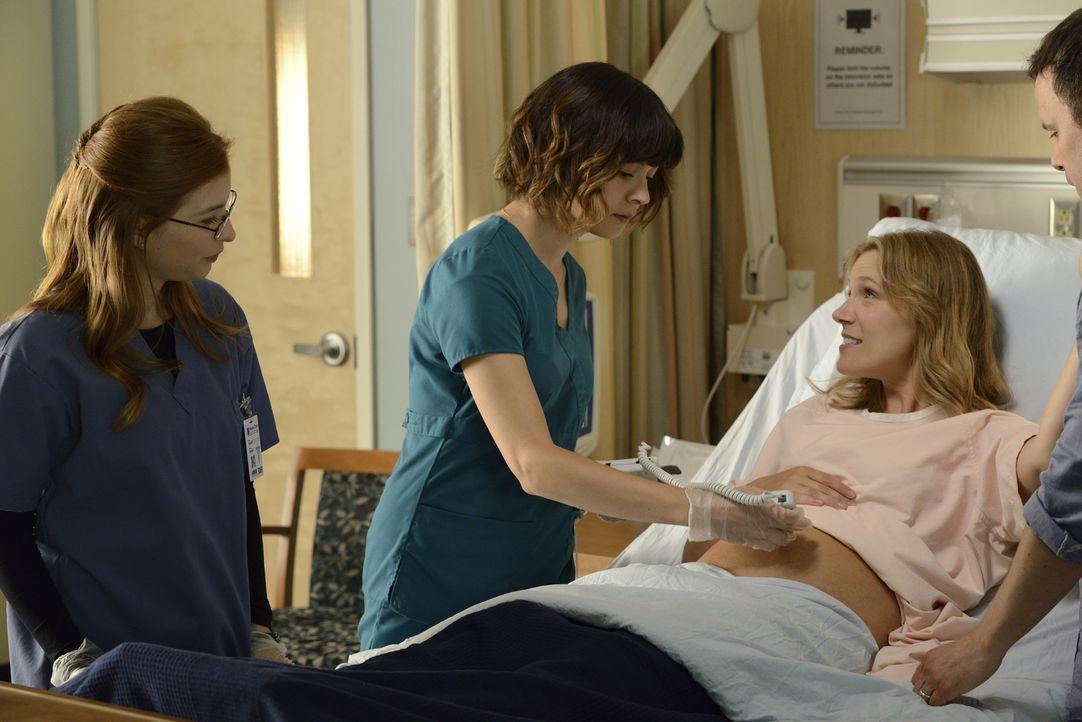 Nachdem die schwangere Laura Zarb (Tricia Braun, r.) gestürzt ist, wird sie von Dr. Katz (Stacey Farber, l.) und Dr. Lin (Julia Taylor Ross, M.) unt... - Bildquelle: Steve Wilkie 2014 Hope Zee Three Inc.
